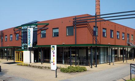 Projectinrichter Boerhof zamelt Marmoleum-snijafval in