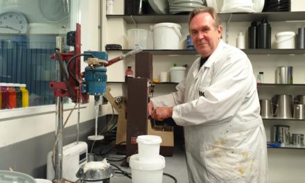 Ger Duyndam, laborant RIGO Verffabriek, na 46 dienstjaren met pensioen